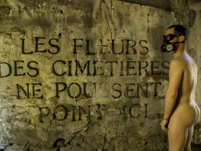 """Les fleurs des cimeti_re, une photo de la collection """"Kataclysm_e ou les effets du cataclysme climatique"""" par Les Chevaliers Photographes."""