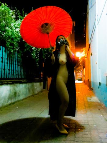 """L'ombrelle, une photo de la collection """"Performance, ou le nu interdit"""" par Les Chevaliers Photographes."""