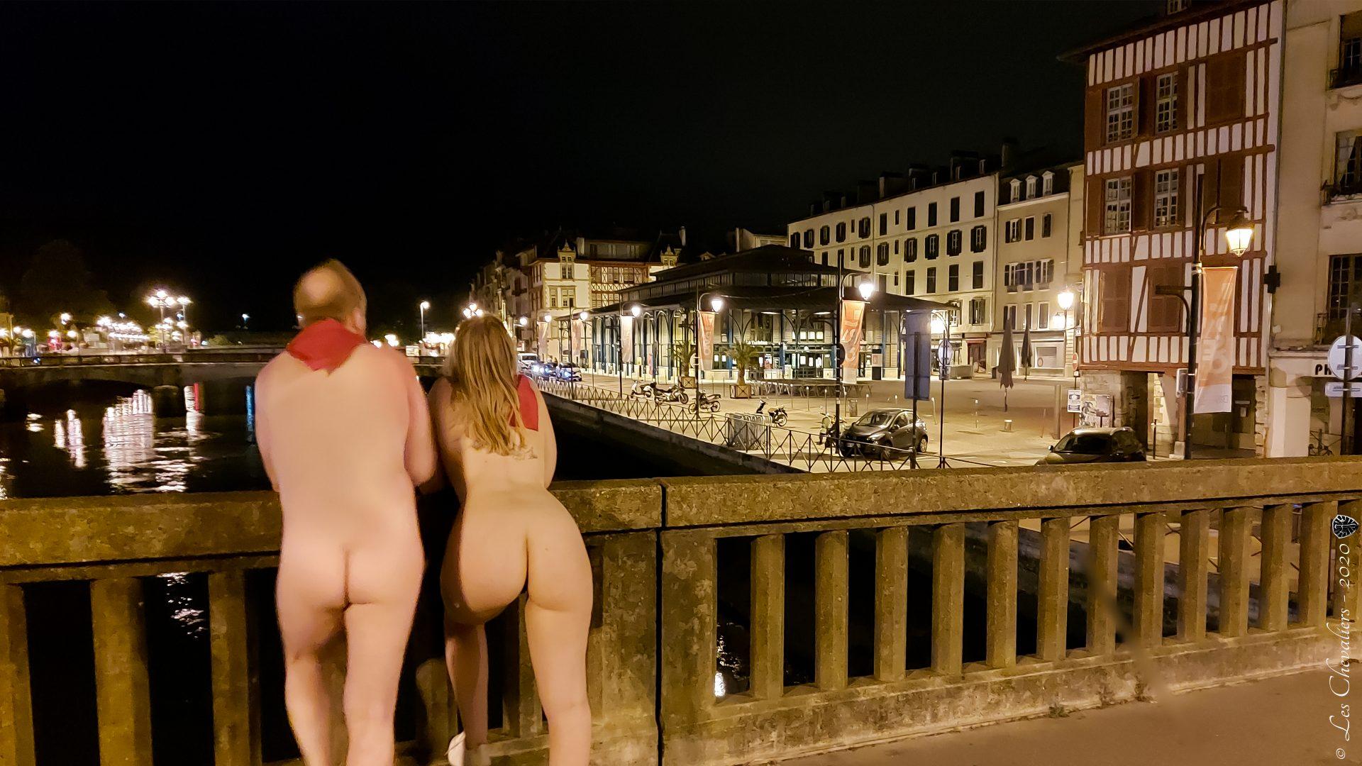 """Pont de Bayonne, une photo de la collection """"Performance, ou le nu interdit"""" par Les Chevaliers Photographes."""