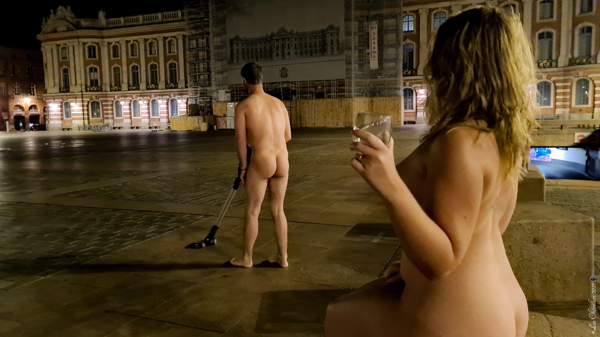 """Place du Capitole, une photo de la collection """"Performance, ou le nu interdit"""" par Les Chevaliers Photographes."""